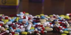 Balconistas de farmácias recebem comissão de laboratórios para indicar medicamentos e vitaminas a clientes, revela reportagem